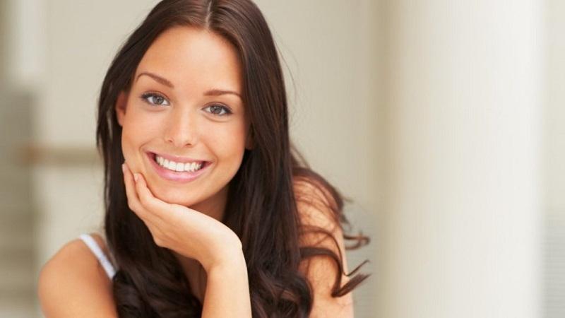 Жена стоматолога научила меня устранять зубной камень и отбеливать зубы за 4 минуты.
