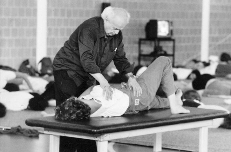 Моше Фельденкрайз: «Учиться лучше, чем лечиться!» Важное упражнение для восстановления баланса всего тела. «Тазовый циферблат» выполняю регулярно.