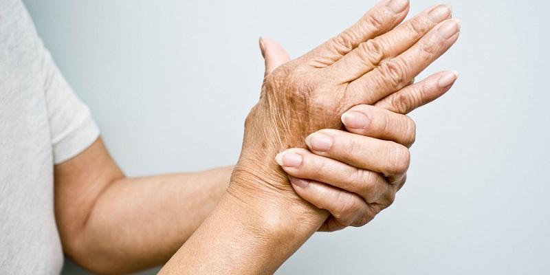 У мамы после 50 начали неметь пальцы рук и ног: знакомый доктор подсказал, что делать
