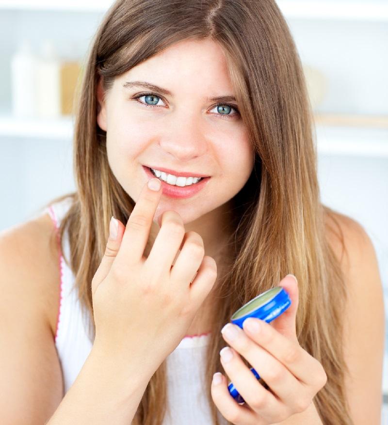 20 способов использовать «чудо-желе» каждый день: уместен и в косметичке, и в ящике с инструментами, и в домашней аптечке. Он есть в каждом доме, но мало кто знает все свойства и способы применения.