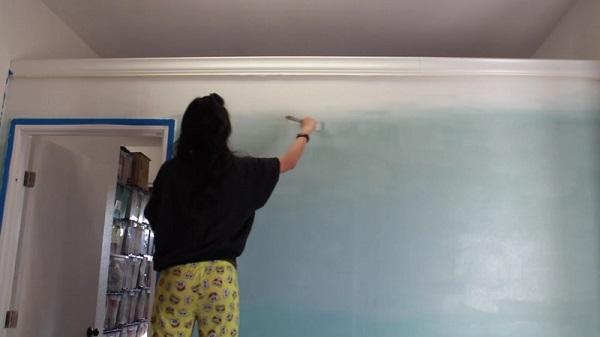 Юная азиатка красит стену в синий цвет, но не до потолка… Результат? Шалость ради красоты!