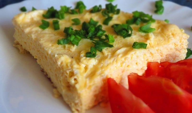 6 оригинальных способов приготовить омлет. 85 % хозяек используют для этого только сковороду. Лишь немногие знают, что блюдо можно запекать и даже варить.