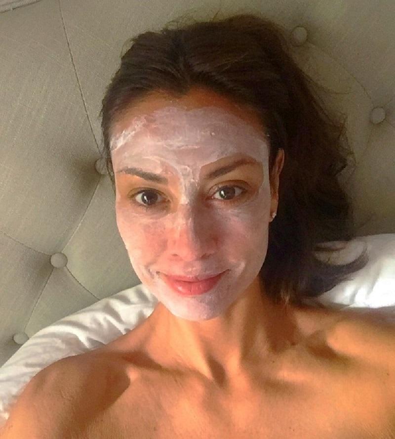 Ей далеко за 60, а ее лицо не знает ни морщин, ни обвисших щек! Завидуют даже молоденькие.