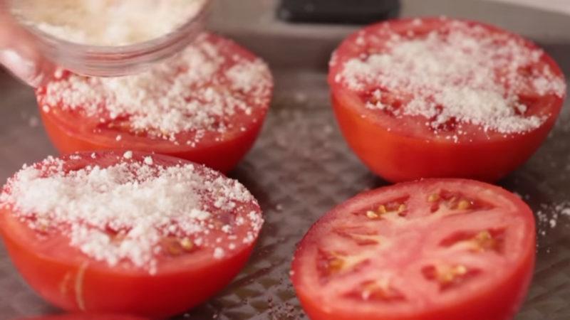Положите половинки помидоров на противень. Через 15 минут ваши гости будут в восторге
