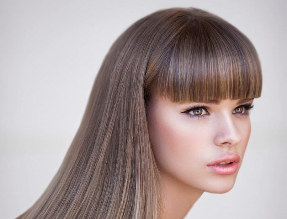 Прямая челка с удлинением и без на средние и длинные волосы — 10 вариантов стрижек и причесок, как ее подстричь и уложить, фото